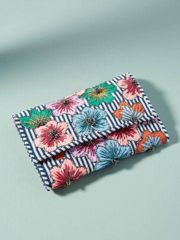 תיק קלאץ' מחורז עם עיטורי פסים ופרחים של ANTHROPOLOGIE
