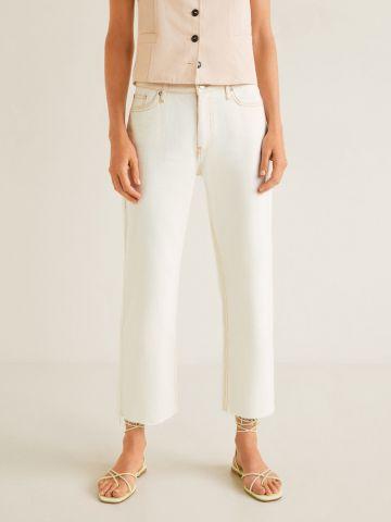 ג'ינס קרופ עם סיומת גזורה ותפרים בולטים של MANGO