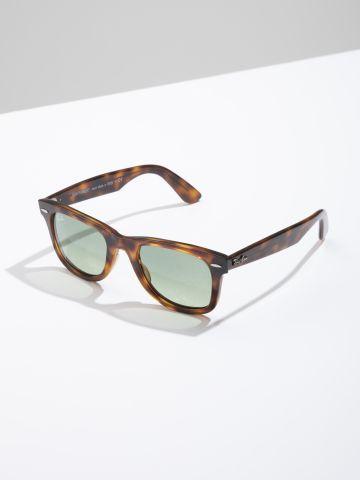 משקפי שמש מלבניים עם מסגרת פלסטיק Wayfarer Ease של RAY-BAN
