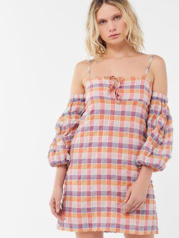 שמלת מיני קולד שולדרס בהדפס משבצות UO של URBAN OUTFITTERS