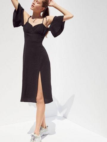 שמלת מידי אוף שולדרס עם שסע UO של URBAN OUTFITTERS