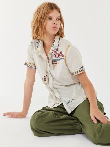 חולצה מכופתרת עם עיטורי רקמה UO של URBAN OUTFITTERS