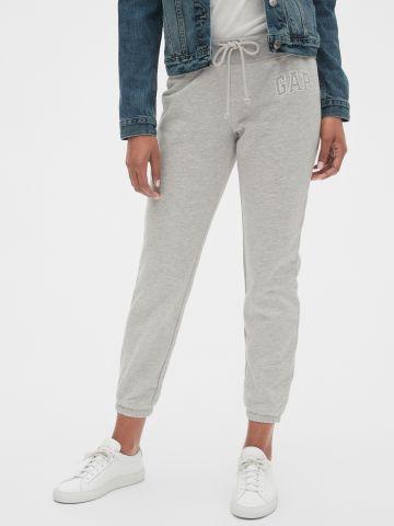 מכנסי טרנינג עם לוגו של GAP