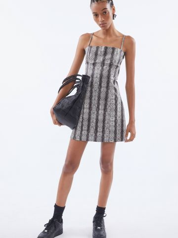 שמלת מיני דמוי עור בדוגמת נחש UO של URBAN OUTFITTERS