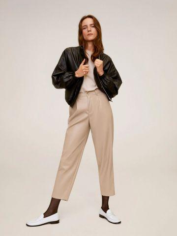 מכנסי קרופ דמוי עור Relaxed fit של MANGO