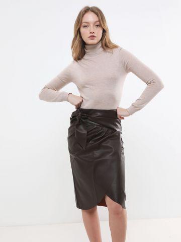 חצאית מידי דמוי עור עם קשירה של YANGA
