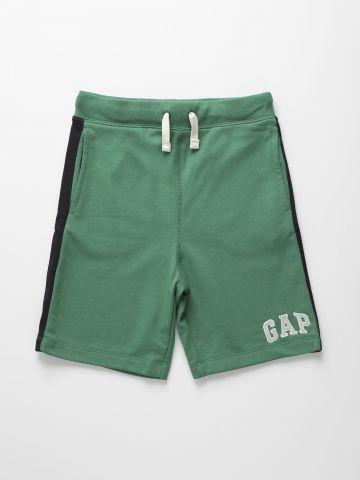 מכנסי טרנינג קצרים עם סטריפים ולוגו / בנים של GAP