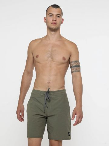 מכנסי בגד ים עם פאץ' לוגו של QUIKSILVER