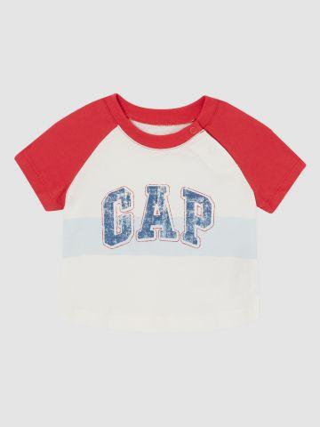טי שירט בייסבול עם הדפס לוגו / 0-24M של GAP