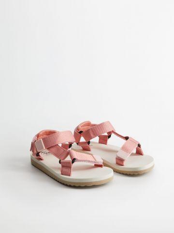 סנדלים עם רצועות רחבות של MANGO