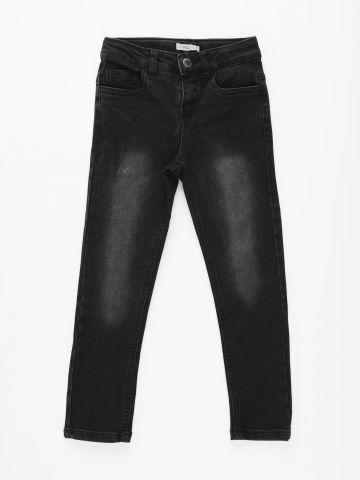 ג'ינס בגזרה ישרה בשטיפה כהה / בנים של FOX