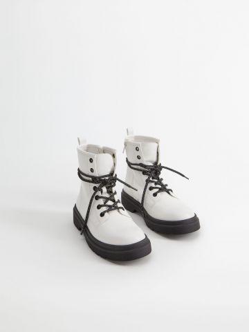 מגפיים גבוהים דמוי עור עם שרוכים / בנות של MANGO