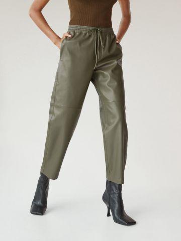 מכנסיים ארוכים דמוי עור של MANGO