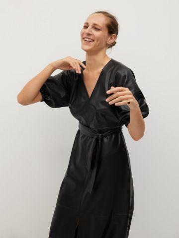 שמלת מידי מעטפת דמוי עור של MANGO