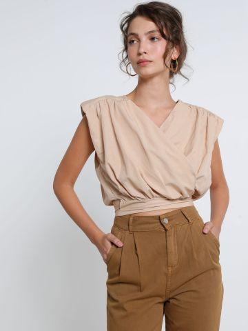 חולצת קרופ מעטפת ללא שרוולים של YANGA