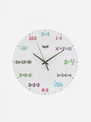שעון קיר עם פעולות חשבון של YOLO