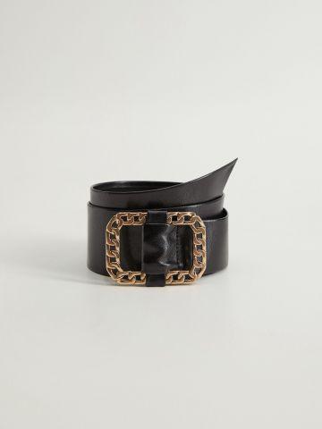 חגורה דמוי עור עם אבזם שרשרת של MANGO