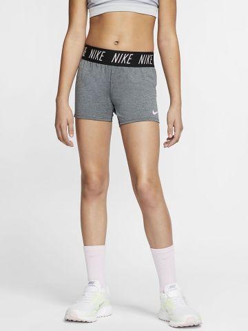 מכנסי אימון קצרים עם לוגו של NIKE