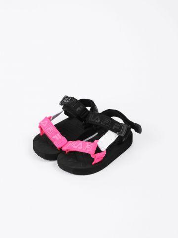 סנדלים עם רצועות ולוגו / בנות של FILA