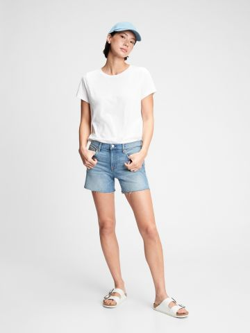 מכנסי ג'ינס קצרים עם סיומת גזורה של GAP