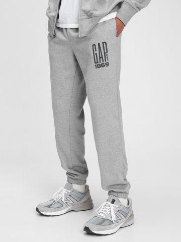 מכנסי טרנינג עם הדפס לוגו בחזית / גברים של GAP