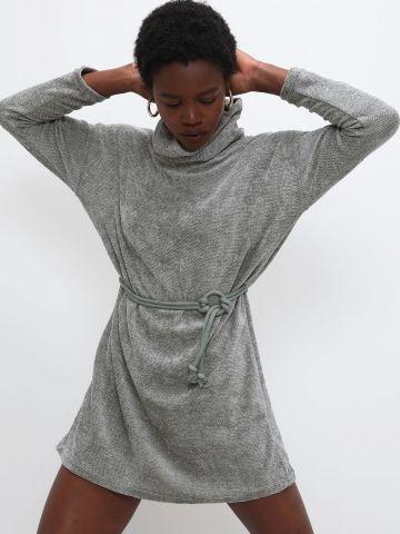 שמלת סוודר גולף עם קשירה של YANGA