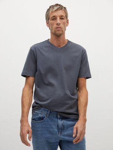 טי שירט עם מפתח צוואר וי של MANGO