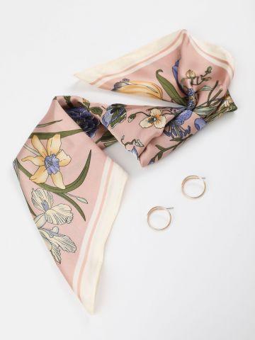 מארז צעיף בהדפס פרחים וזוג עגילי חישוק של YANGA