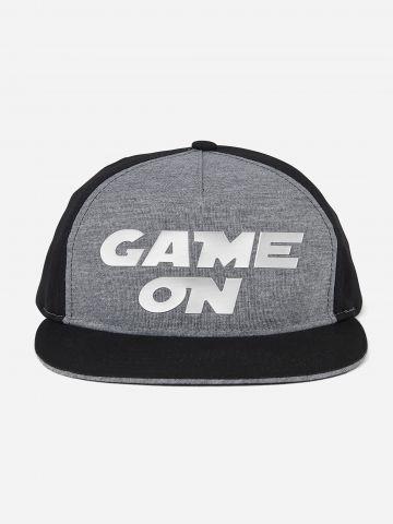 כובע מצחייה עם כיתוב GAME ON / בנים של THE CHILDREN'S PLACE