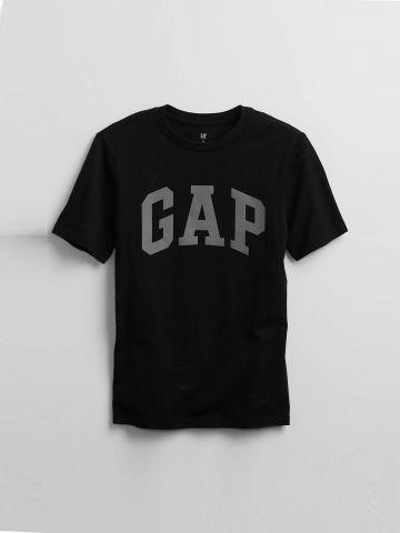 טי שירט עם הדפס לוגו / בנים של GAP