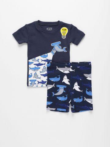 סט טי שירט ומכנסיים בהדפס כרישים / 1Y-4Y של THE CHILDREN'S PLACE