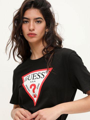 טי שירט עם הדפס לוגו המותג של GUESS