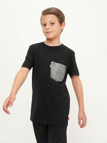 טי שירט עם כיס ג'ינס ולוגו של LEVIS