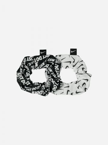 מארז 2 גומיות סקראנצ'י לשיער בהדפס לוגו של NIKE
