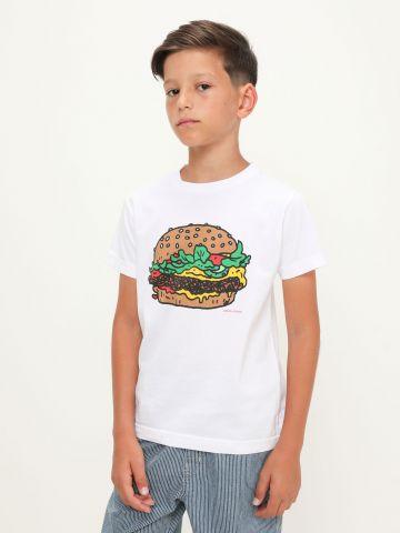 טי שירט עם הדפס המבורגר של UNIQLO