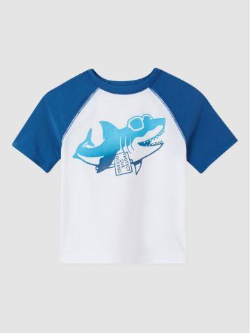 חולצת גלישה עם הדפס כריש / 12M-5Y של GAP