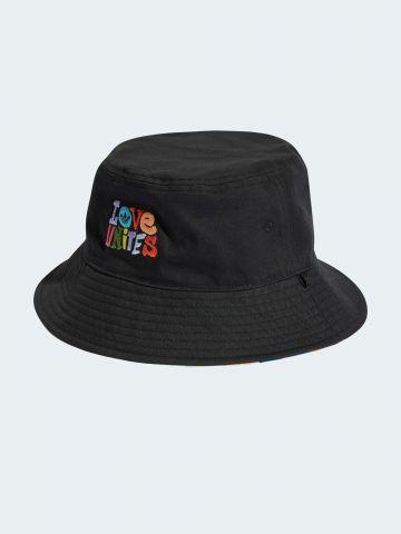 כובע באקט עם רקמת כיתוב ADIDAS PRIDE / נשים של ADIDAS Originals