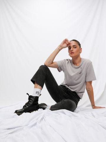 טי שירט שקפקפה עם רקמת ג'ירפה / Anya Martirosov של TX COLLAB