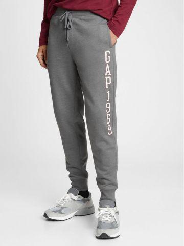 מכנסי טרנינג מלאנז' עם לוגו של GAP