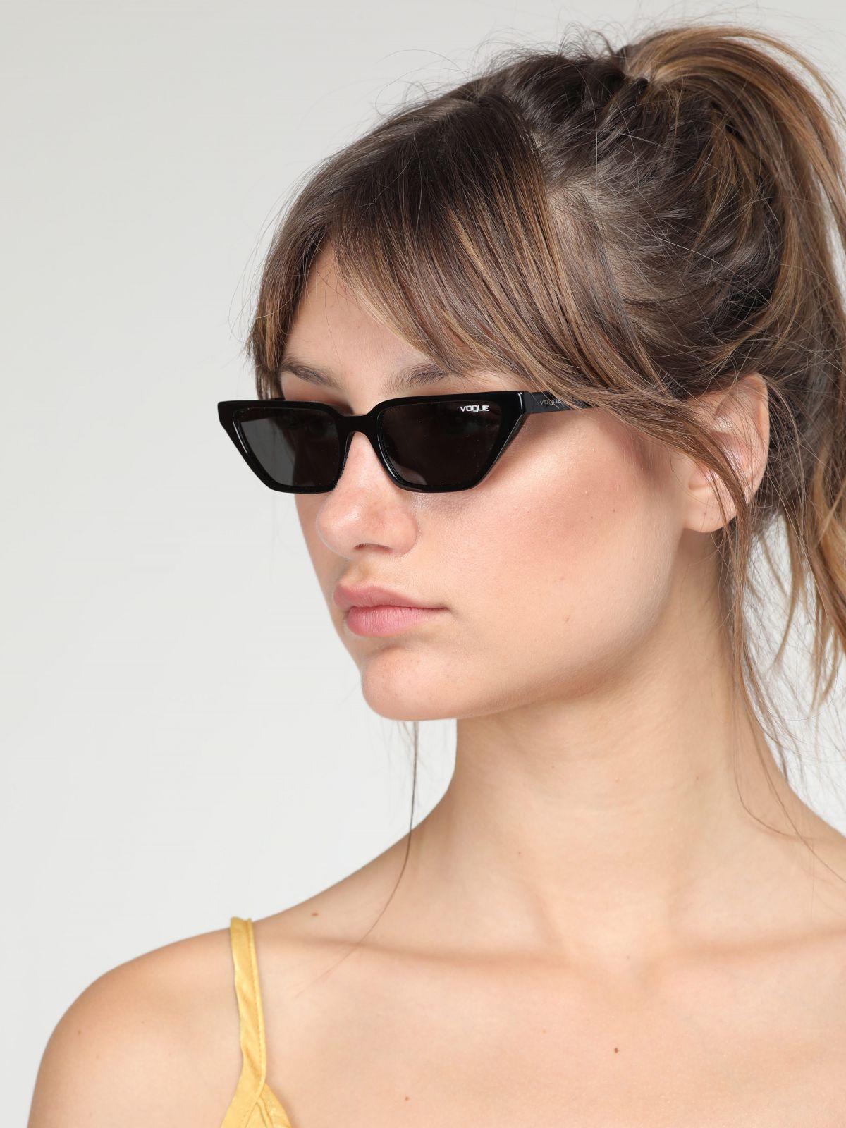 משקפי שמש מלבניים צרים Gigi Hadidמשקפי שמש מלבניים צרים Gigi Hadid של vogue eyewear