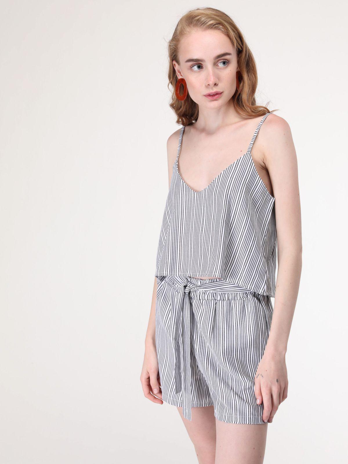 מכנסיים קצרים פסים עם חגורת קשירה במותן - חלק מחליפהמכנסיים קצרים פסים עם חגורת קשירה במותן - חלק מחליפה של YANGA
