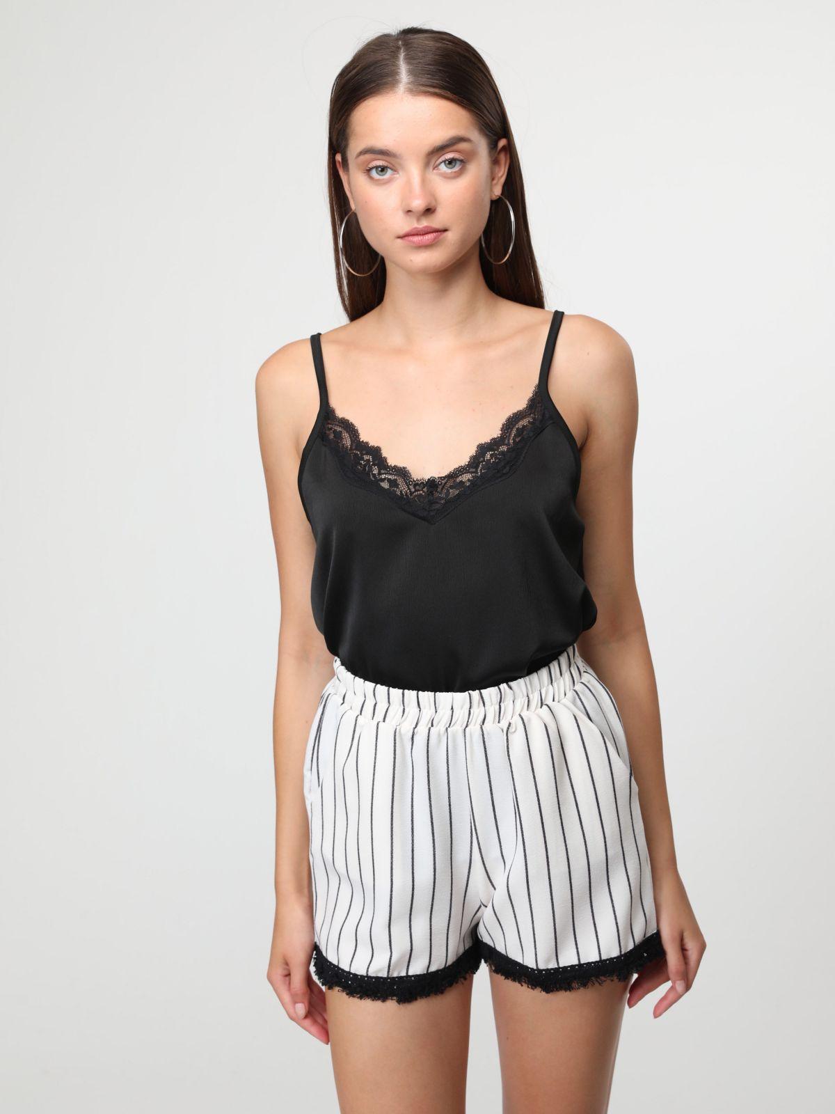 מכנסיים קצרים בהדפס פסים עם סיומת פרומה בצבעמכנסיים קצרים בהדפס פסים עם סיומת פרומה בצבע של YANGA