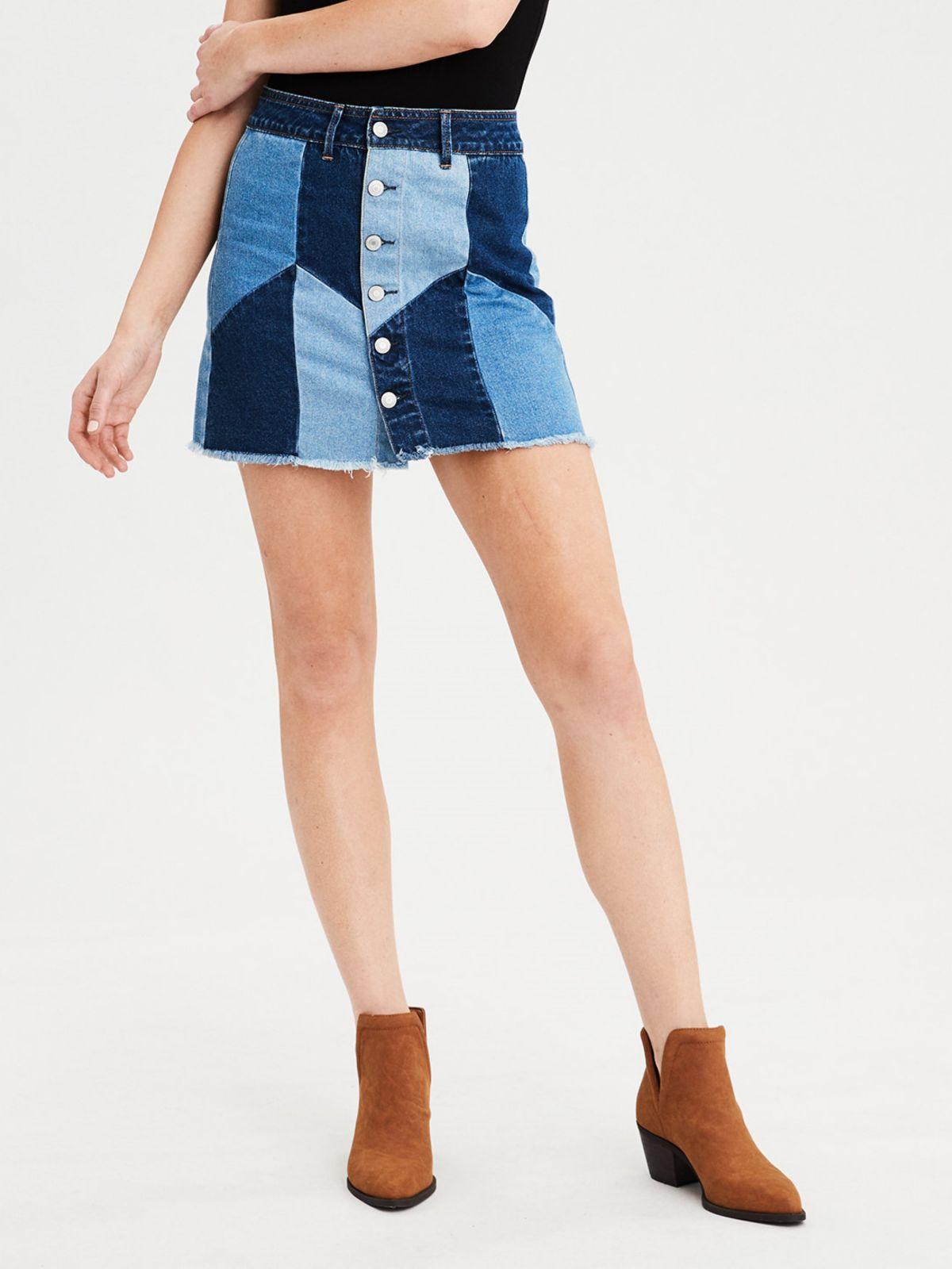 חצאית ג'ינס מיני מכופתרת מולטי פאץ'חצאית ג'ינס מיני מכופתרת מולטי פאץ' של AMERICAN EAGLE