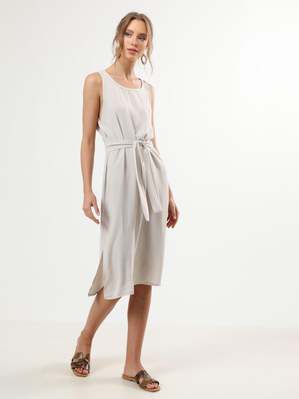 שמלת מידי ללא שרוולים עם חגורת קשירה במותןשמלת מידי ללא שרוולים עם חגורת קשירה במותן של TERMINAL X