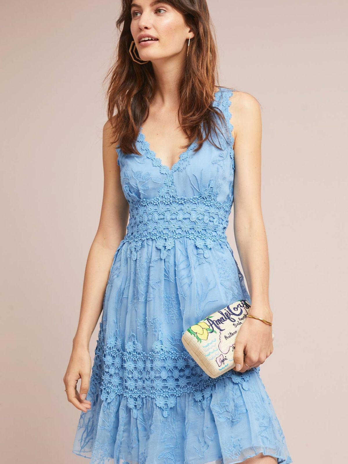 שמלת מידי עם עיטורי תחרה ורקמהשמלת מידי עם עיטורי תחרה ורקמה של ANTHROPOLOGIE