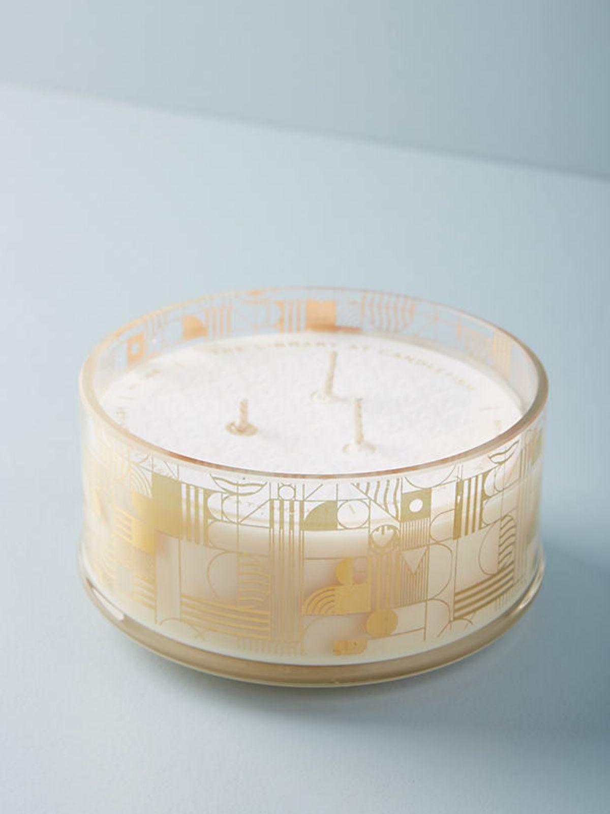 נר ריחני בכלי זכוכית עם עיטורי זהב גאומטריים Spiceנר ריחני בכלי זכוכית עם עיטורי זהב גאומטריים Spice של ANTHROPOLOGIE