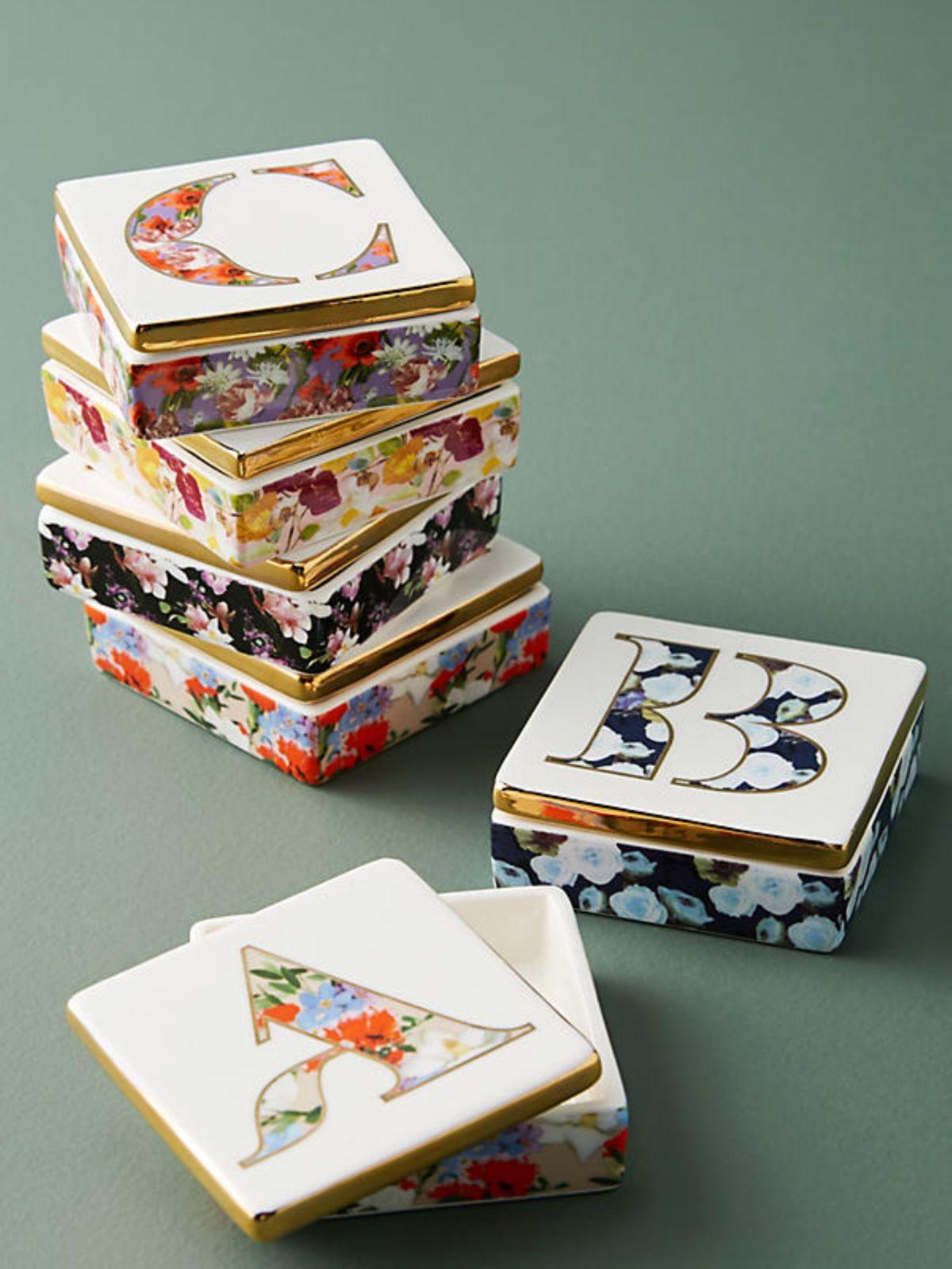 קופסת תכשיטים עם ציורי פרחים / Cקופסת תכשיטים עם ציורי פרחים / C של ANTHROPOLOGIE