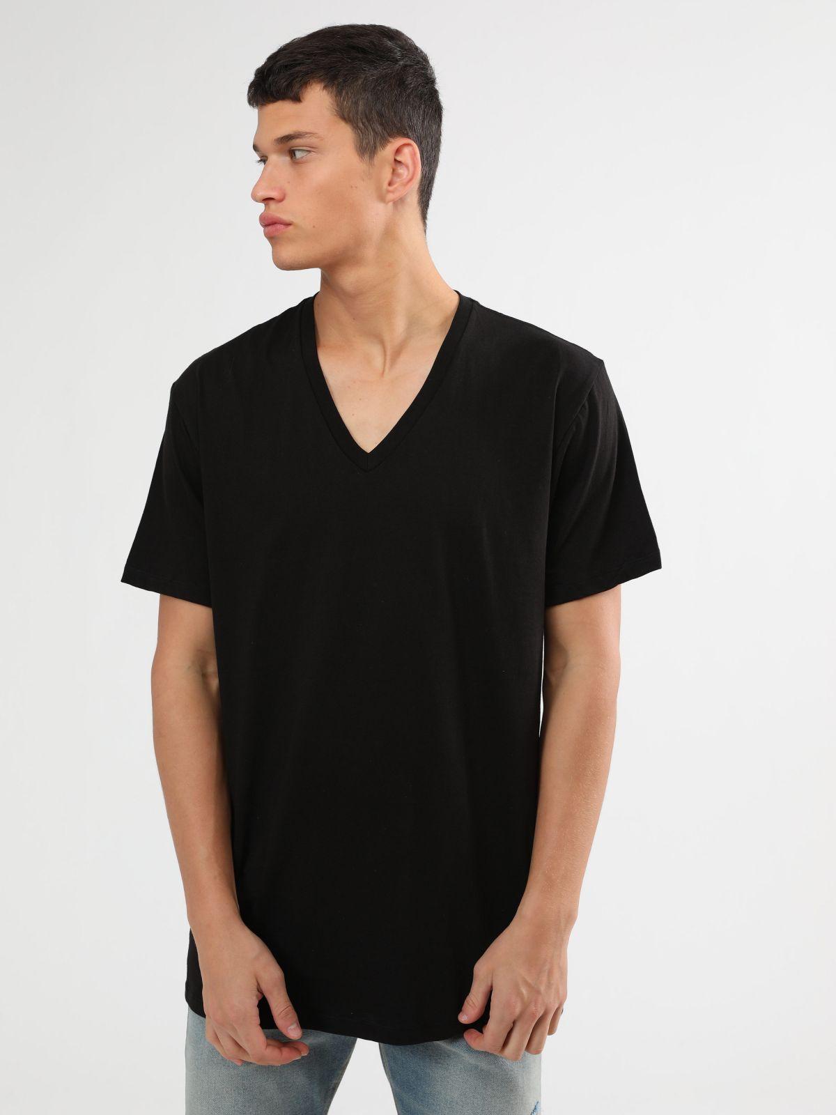 מארז 3 חולצות טי שירט וי בצבעים שוניםמארז 3 חולצות טי שירט וי בצבעים שונים של CALVIN KLEIN
