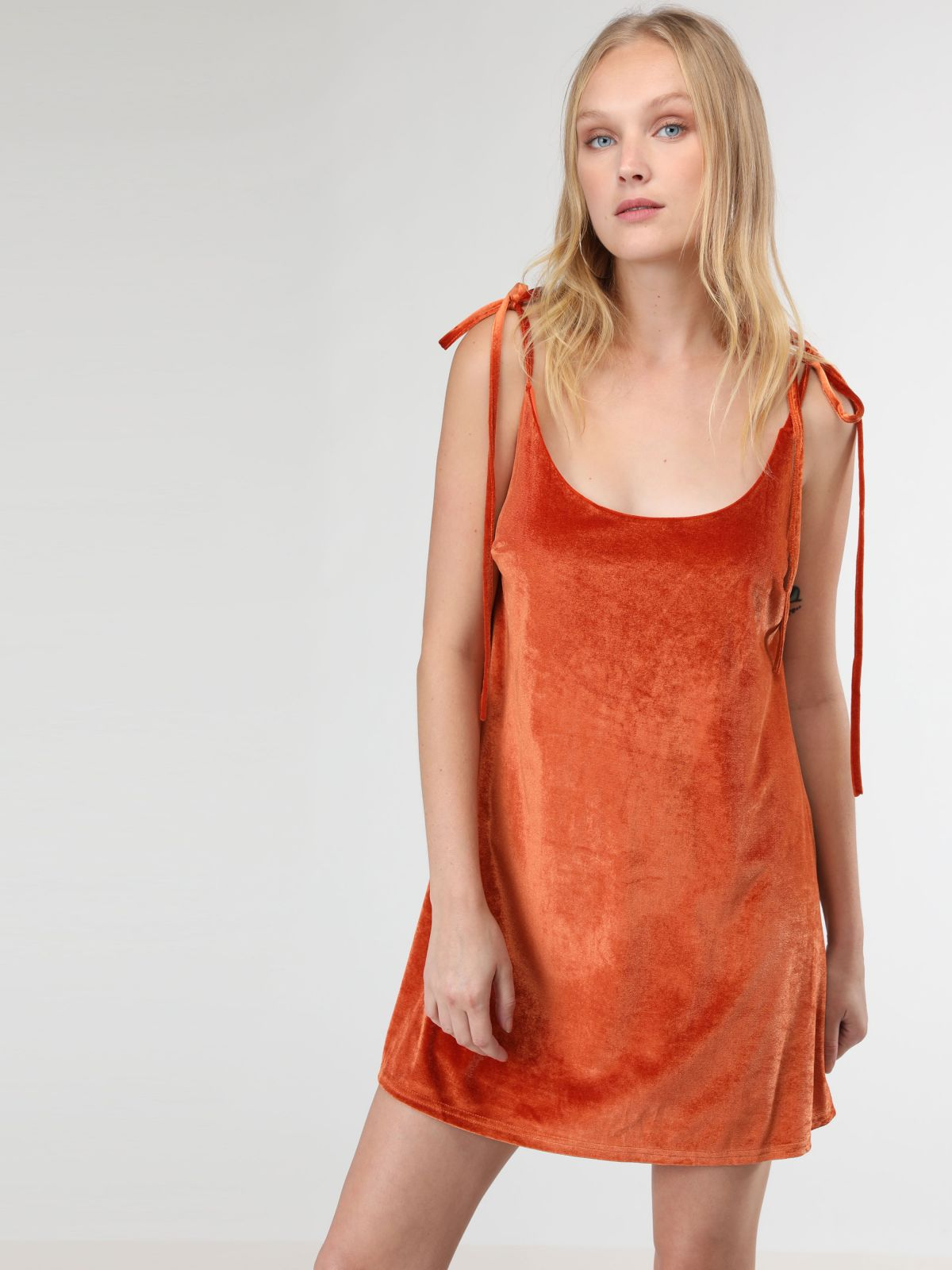 שמלת מיני קטיפה עם כתפיות קשירהשמלת מיני קטיפה עם כתפיות קשירה של TERMINAL X