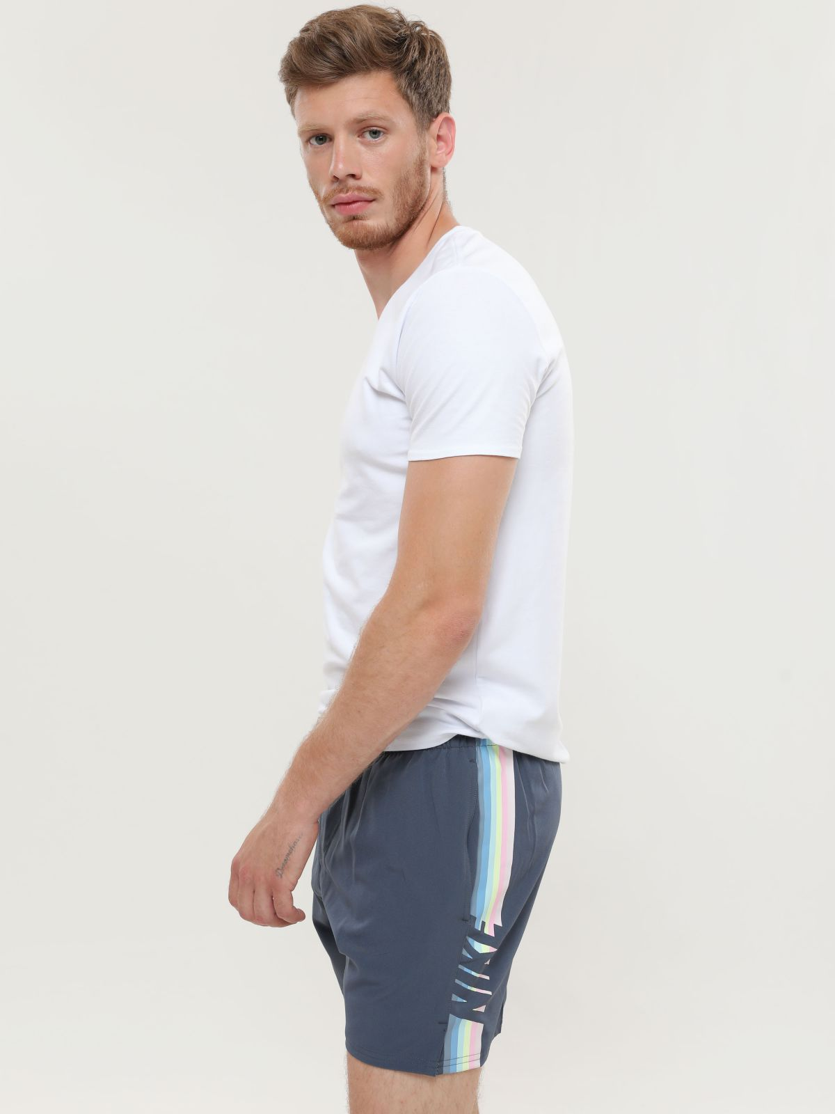 מכנסי בגד ים עם הדפס פסים לוגומכנסי בגד ים עם הדפס פסים לוגו של NIKE